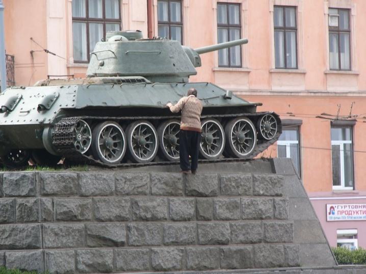 Чернівчани хочуть захистити танк Нікітіна