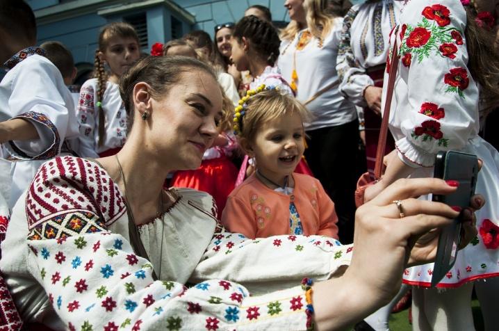 З явилося вражаюче відео зі святкування Дня вишиванки у Чернівцях ... 7d939a2f3da50