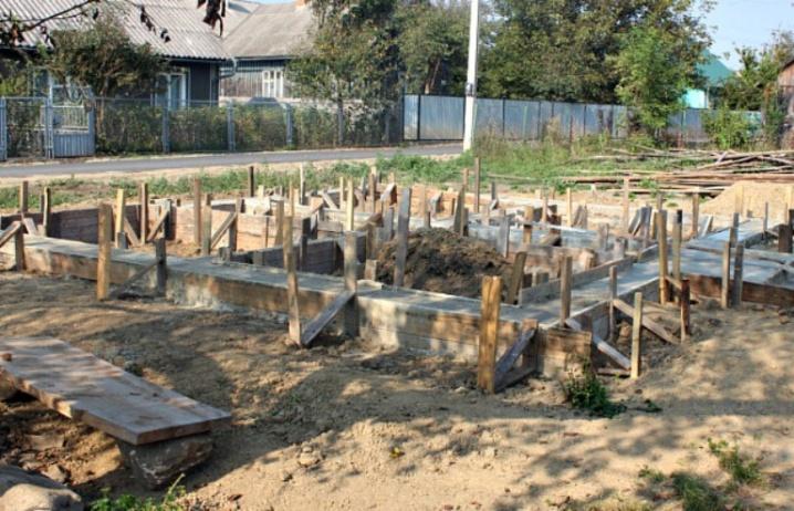 У Сторожинці будують нову хату багатодітній родині погорільців