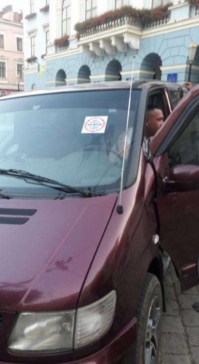 Активіст відмивав лобове скло автомобіля Героя АТО