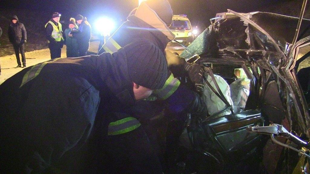 """Результат пошуку зображень за запитом """"рятувальники витягнули із автомобіля тіло"""""""