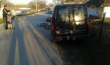 У Сокирянах велосипедист в'їхав у автівку