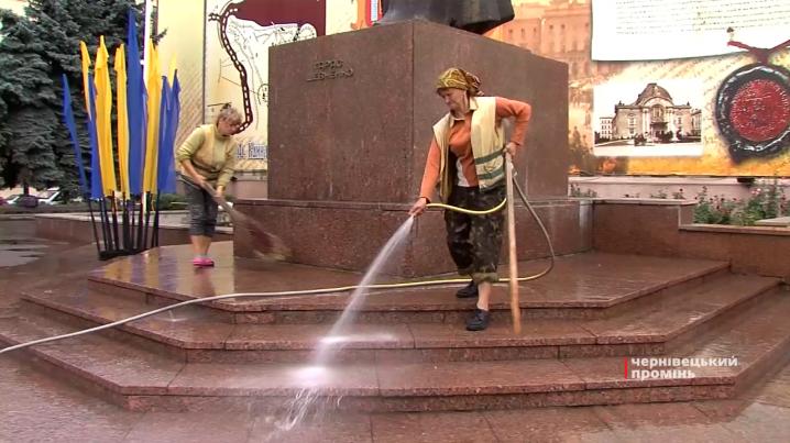 До Дня Незалежності у Чернівцях помили пам ятник Кобзарю та почистили фонтан 9ae8fb33c3e14