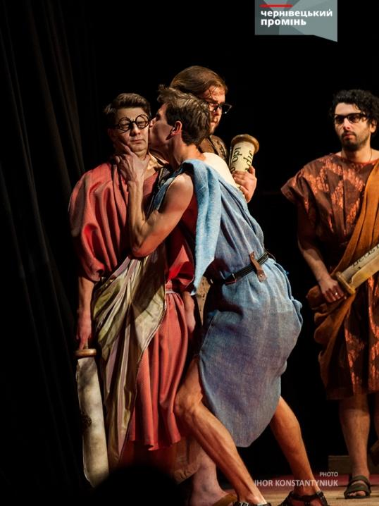 Кияни привезли на театральний фестиваль у Чернівці «дуже несерйозну комедію»