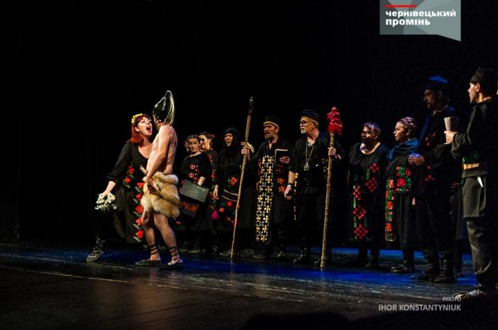 Комедія румунського театру змусила чернівчан реготати протягом усієї вистави