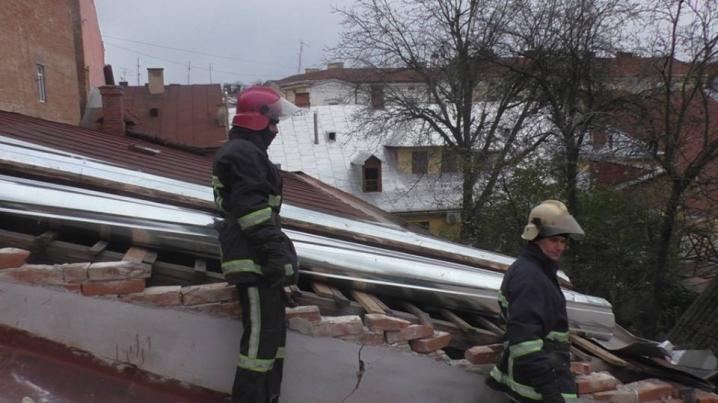 У центрі Чернівців буревій пошкодив дахи будинків