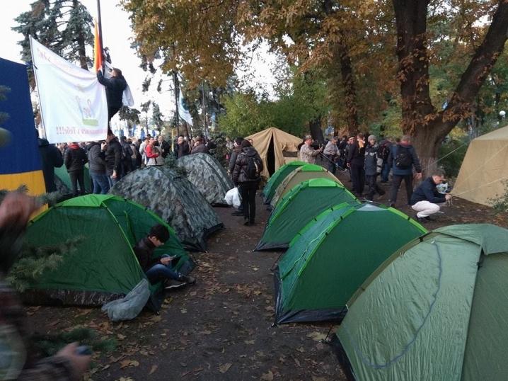 11 буковинських активістів ночували під верховною радою. Про це на своїй  сторінці у соцмережі повідомляє журналістка Галина Єреміца. 20b153b2e5fd8