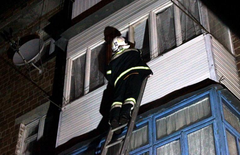Рятувальники допомогли поліції потрапити до квартири 30-річного франківчанина