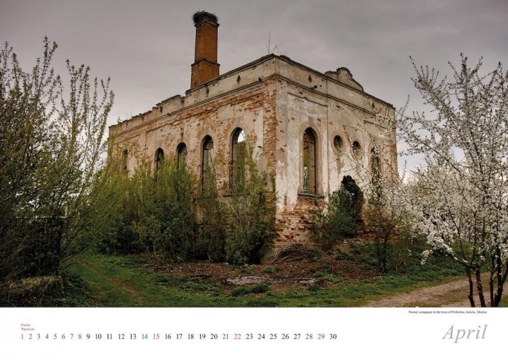 Фотограф створив календар зі знімками Єврейського кладовища у Чернівцях