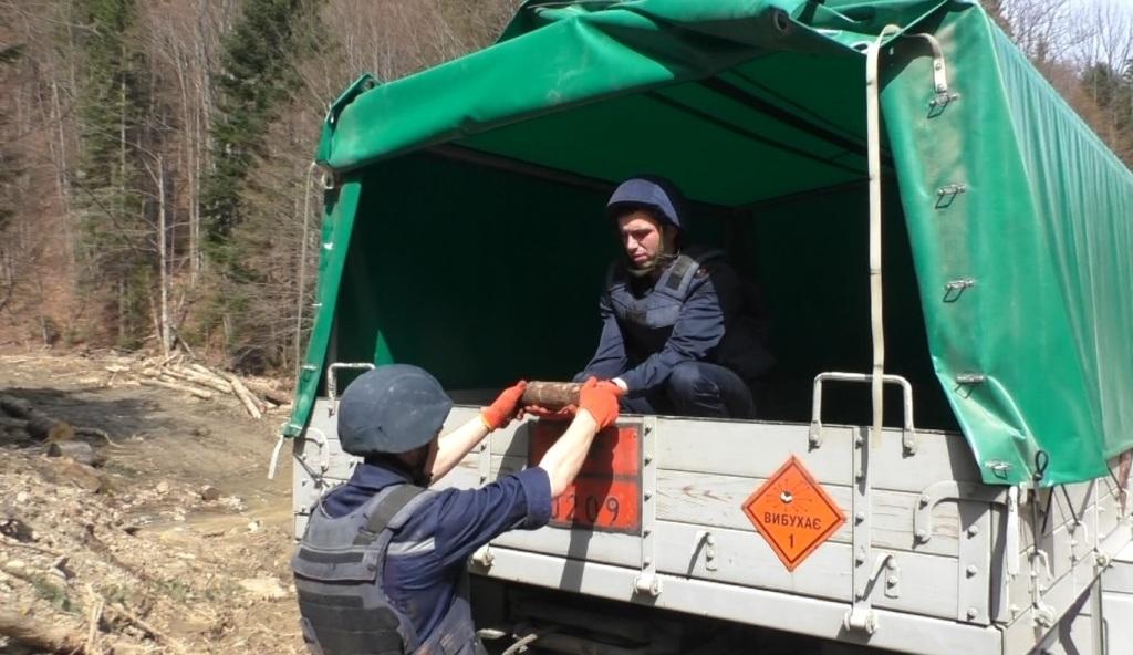 В Прикарпатському селі «надзвичайники» знищили відразу 10 смертоносних знахідок