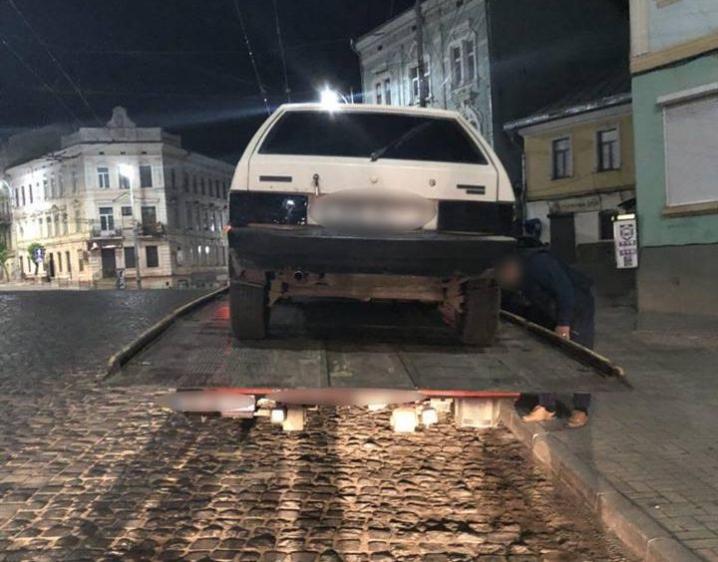 УЧернівцях затримали водія знаркотиками тазброєю