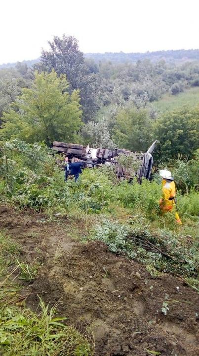 Під Чернівцями бетоновоз вилетів із мосту, водій загинув