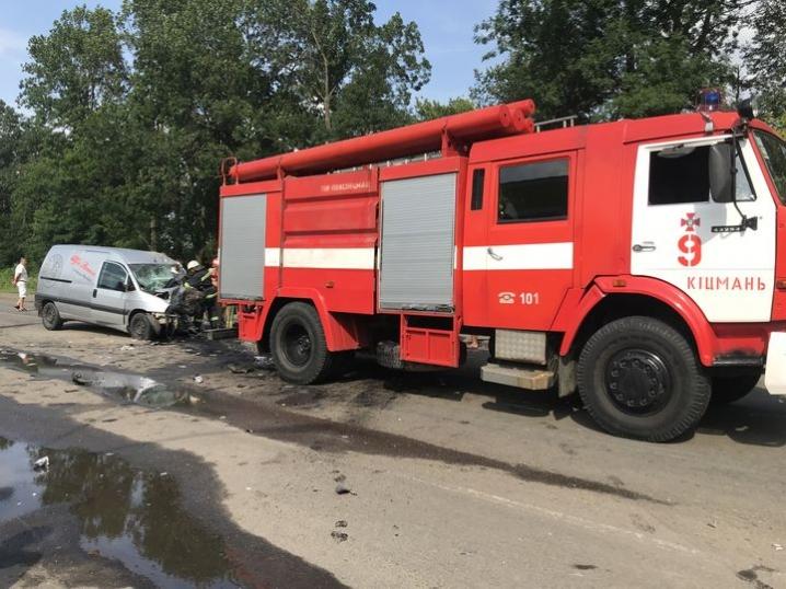 Рятувальники вивільняли спецінструментами тіло загиблого в аварії у Суховерхові