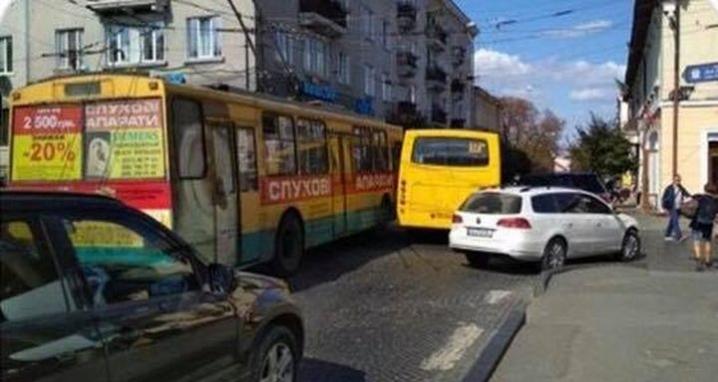 На Соборній площі зіштовхнулися тролейбус і маршрутка
