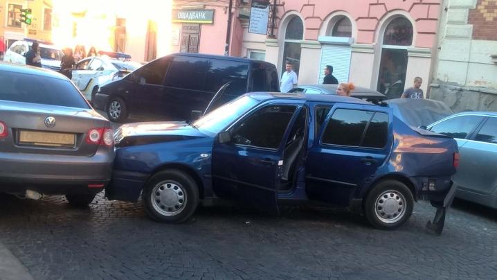Масштабна ДТП на Університетській – постраждали 6 машин