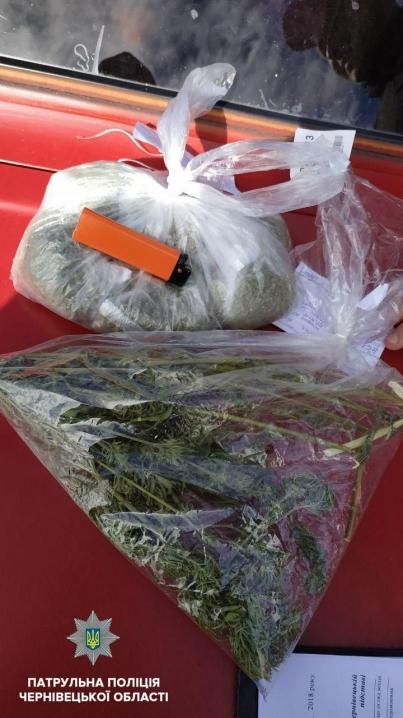Буковинські патрульні виявили у водія з сусідньої області 5 пакунків наркотиків