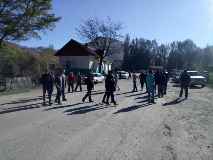 Перекриття триває третю добу – люди блокують рух на дорозі між Чернівцями та Путилою