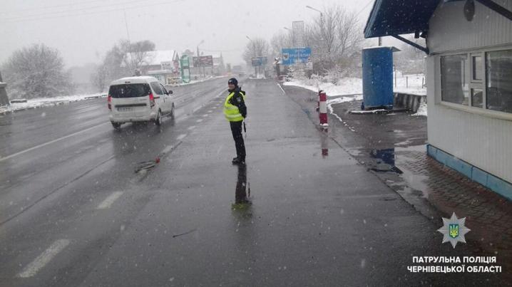 Шляхами Буковини проїхати можна, але дорожнє покриття мокре, – патрульна поліція