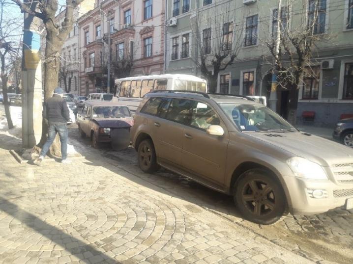 У Чернівцях на Головній зіткнулися Mercedes та ВАЗ