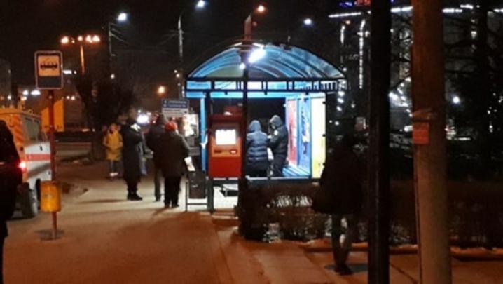 У Чернівцях на зупинці раптово помер чоловік