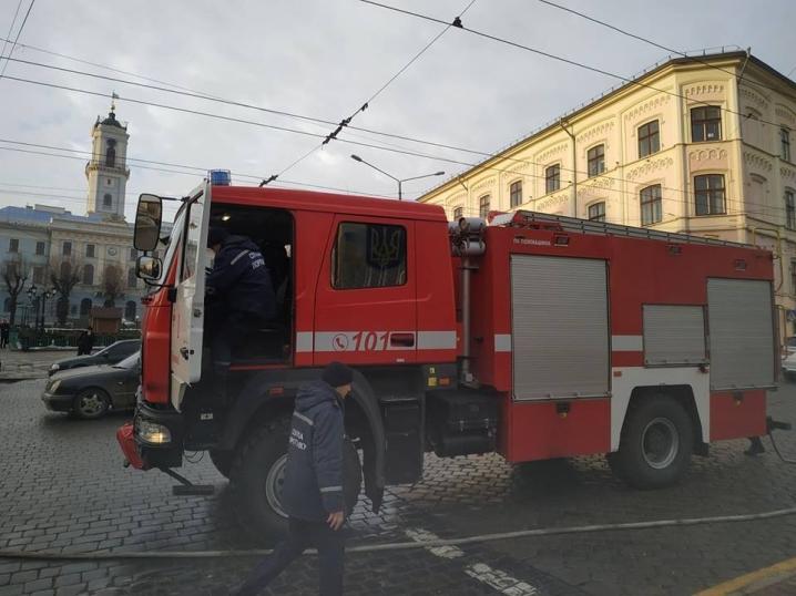 На Центральній площі спалахнув тролейбус