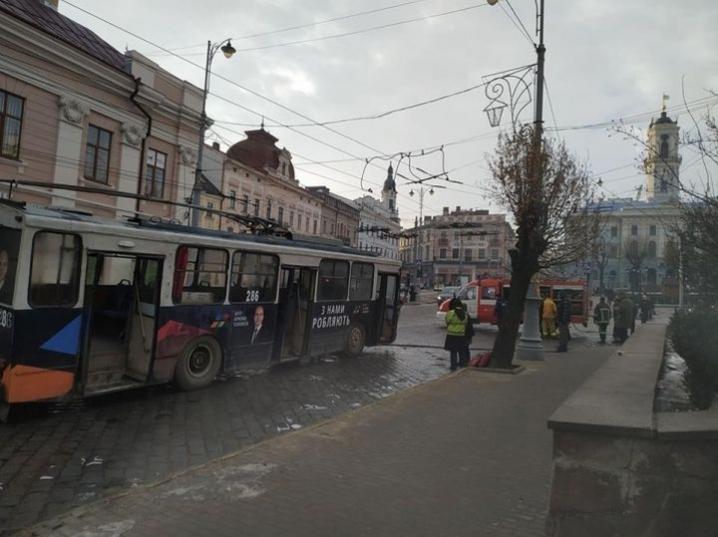 Стало відомо, чому спалахнув тролейбус у центрі Чернівців