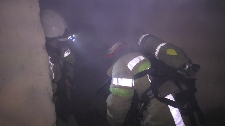 У Чернівцях пожежники врятували безхатченка з охопленого вогнем будинку