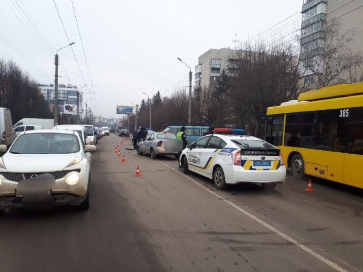 У Чернівцях зіткнулися таксі та бус: водіїв забрала «швидка»
