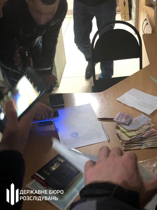 Посадовця Державної міграційної служби у Чернівцях затримали на хабарі