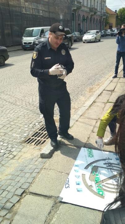 У центрі міста з'явилися написи «Візьми дитину за руку», «Зніми навушники», «Подивися»