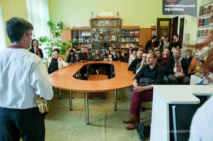Американський дипломат влаштував у чернівецькій бібліотеці вечір джазу
