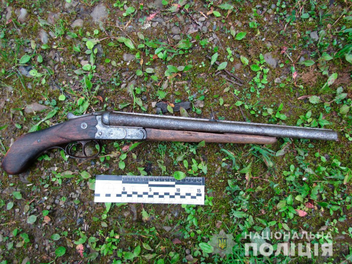 На Путильщині затримали чоловіка зі зброєю в руках