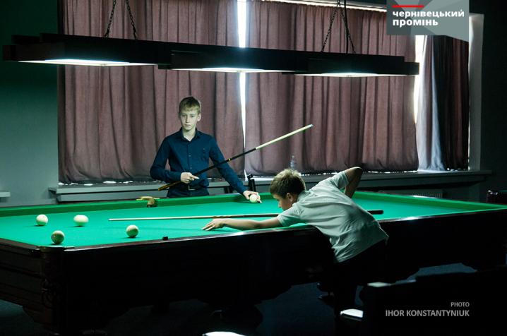 Діти у Чернівцях змагалися за першість на благодійному турнірі з більярду