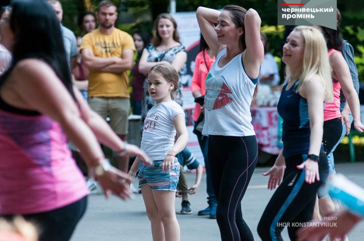 У Центральному парку бабусі танцювали із онуками під запальні ритми бачати