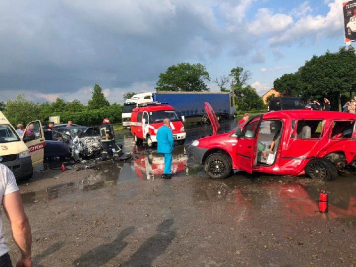 На виїзді з Чернівців сталася ДТП. П'ятеро постраждалих