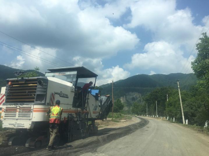 Частину гірської дороги, яку торік блокували буковинці і прикарпатці, почали ремонтувати