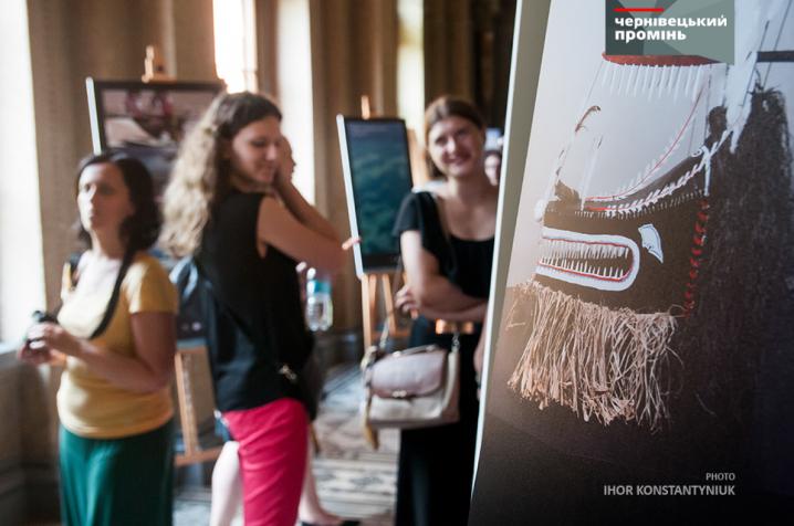 У ЧНУ дегустували австралійське вино і дивилися на древні маски Торресової протоки