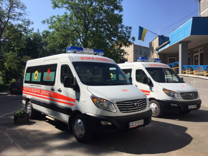 """Для бригад """"швидкої"""" у Чернівцях передали два нові автомобілі"""