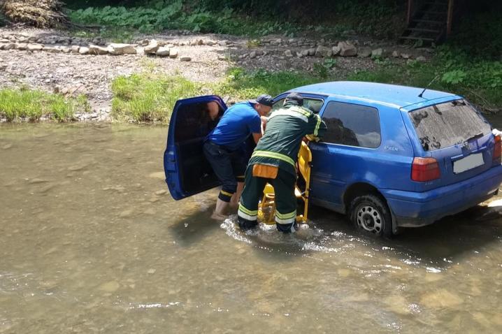 Автомобіль за невідомих обставин опинився у річці Виженка