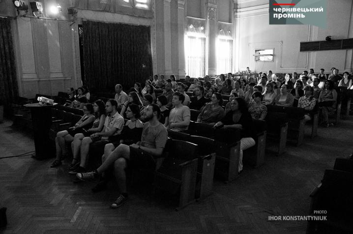 Актори німецького театру «SENSEMBLE»  привезли до Чернівців виставу про емігрантів