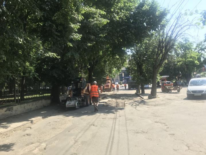 """Розбиту дорогу біля стадіону """"Буковина"""" почали ремонтувати"""