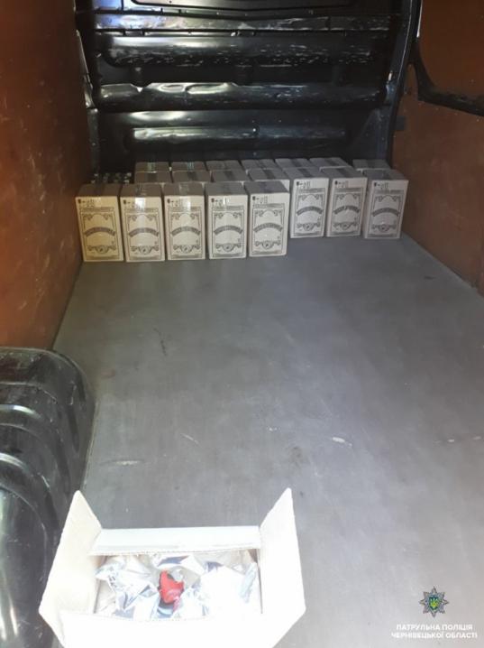 Порушив правила ПДР і видав себе: у Чернівцях водій перевозив контрафактний алкоголь