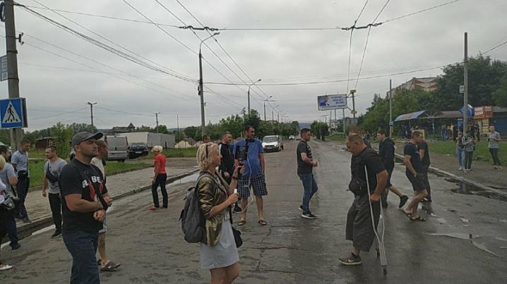 Активісти перекрили Хотинську