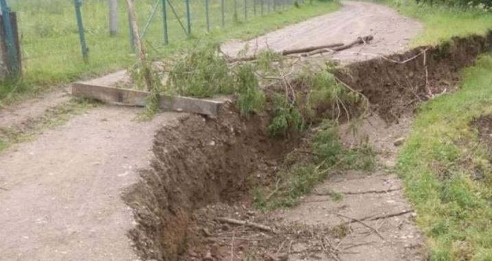 Наслідки негоди: через зсув ґрунту пошкоджено частину дороги у Вижницькому районі