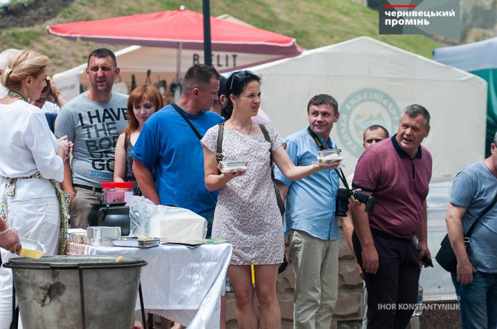 Оксана Продан частувала чернівчан баношем заради допомоги діткам-сиротам