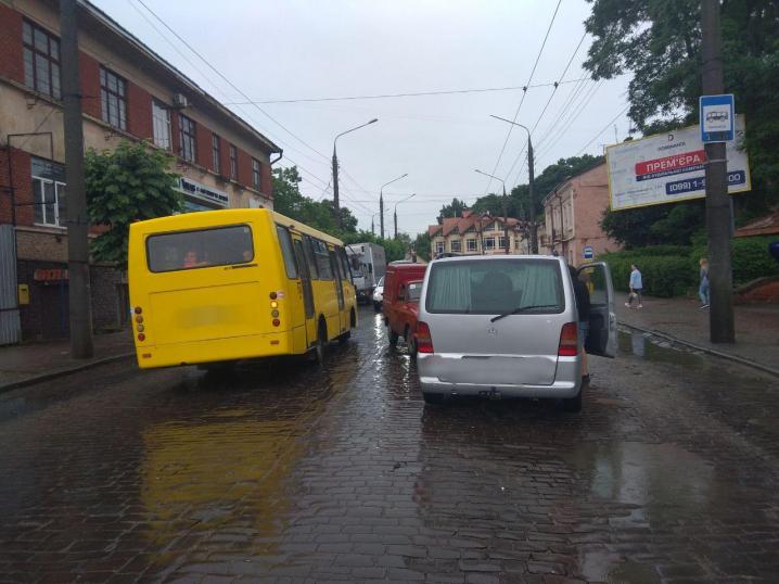 """Неподалік колишнього пивзаводу у Чернівцях """"Москвич-Пиріжок"""" зіткнувся з мікроавтобусом"""