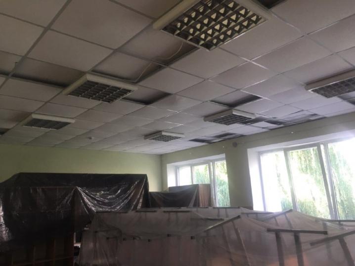1 Вересня під загрозою: через зняту покрівлю у 22 школі затопило відремонтовані приміщення