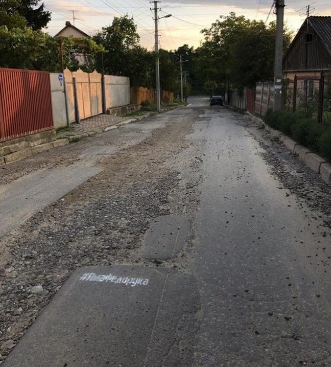 """У Чернівцях поруч з вибоїнами з'явилися написи """"#Яма Федорука"""""""