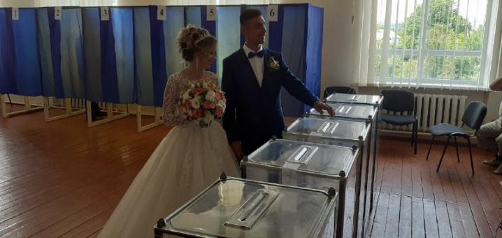 Після вінчання – на голосування. На виборчу дільницю на Кіцманщині прийшли молодята