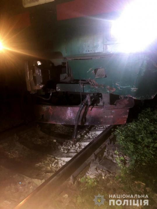 Тепловоз розтрощив легковик, який опинився на залізничній колії